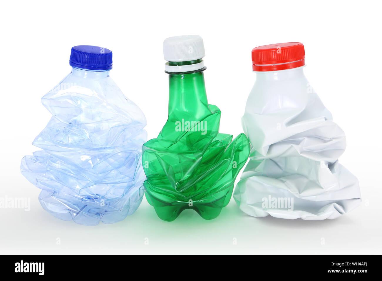 Groupe de bouteilles en plastique lait eau gazeuse eau plate plié froissé pliées froissées compactées compactée consigne pvc consignée écoresponsable Stock Photo