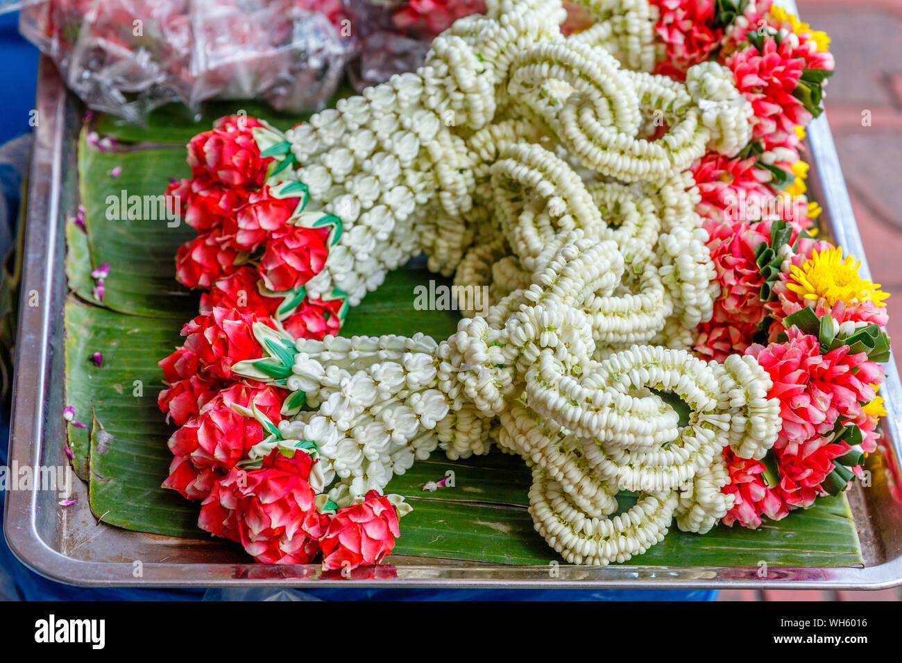 Various jasmine Phuang malai, traditional Thai flower garland offerings at Pak Khlong Talat, Bangkok flower market. Thailand. Stock Photo