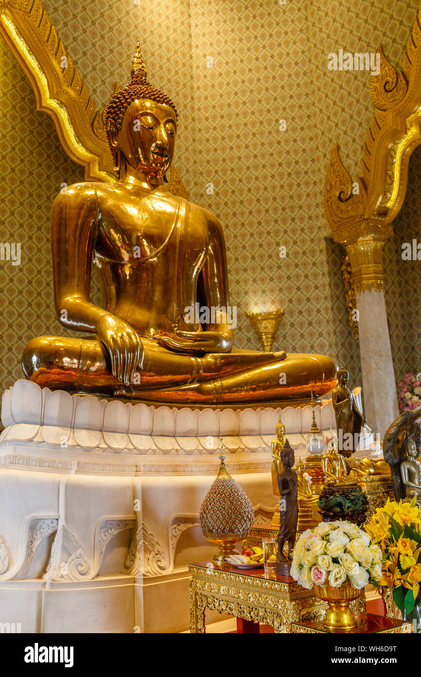 Ancient statue of sitting Golden Buddha at Buddhist temple Wat Traimit, Bangkok, Thailand. Vertical image. Stock Photo