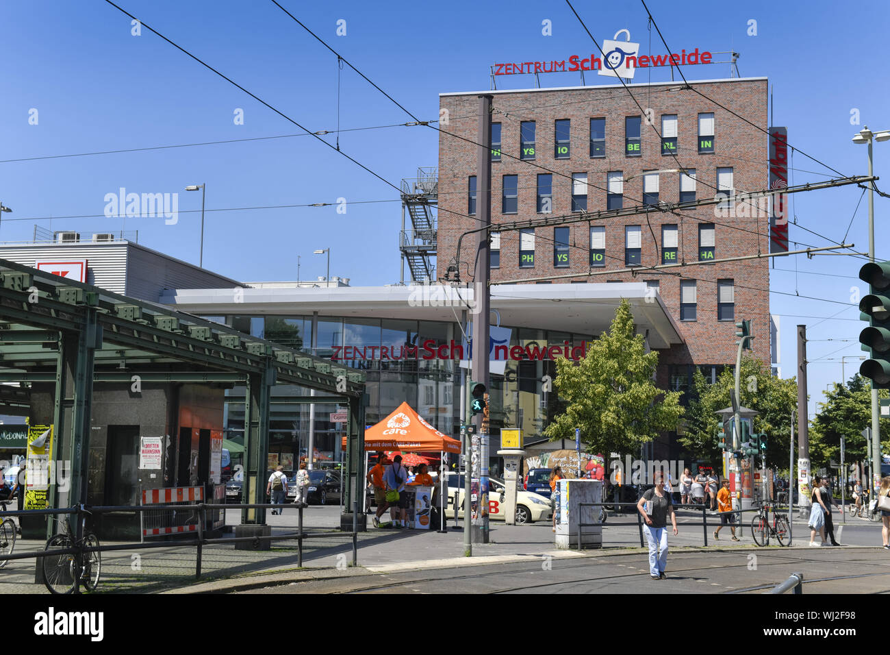View, Outside, Outside, outside view, outside view, railway station forecourt, Berlin, Department net curtain, Germany, shopping, shopping centre, bus Stock Photo