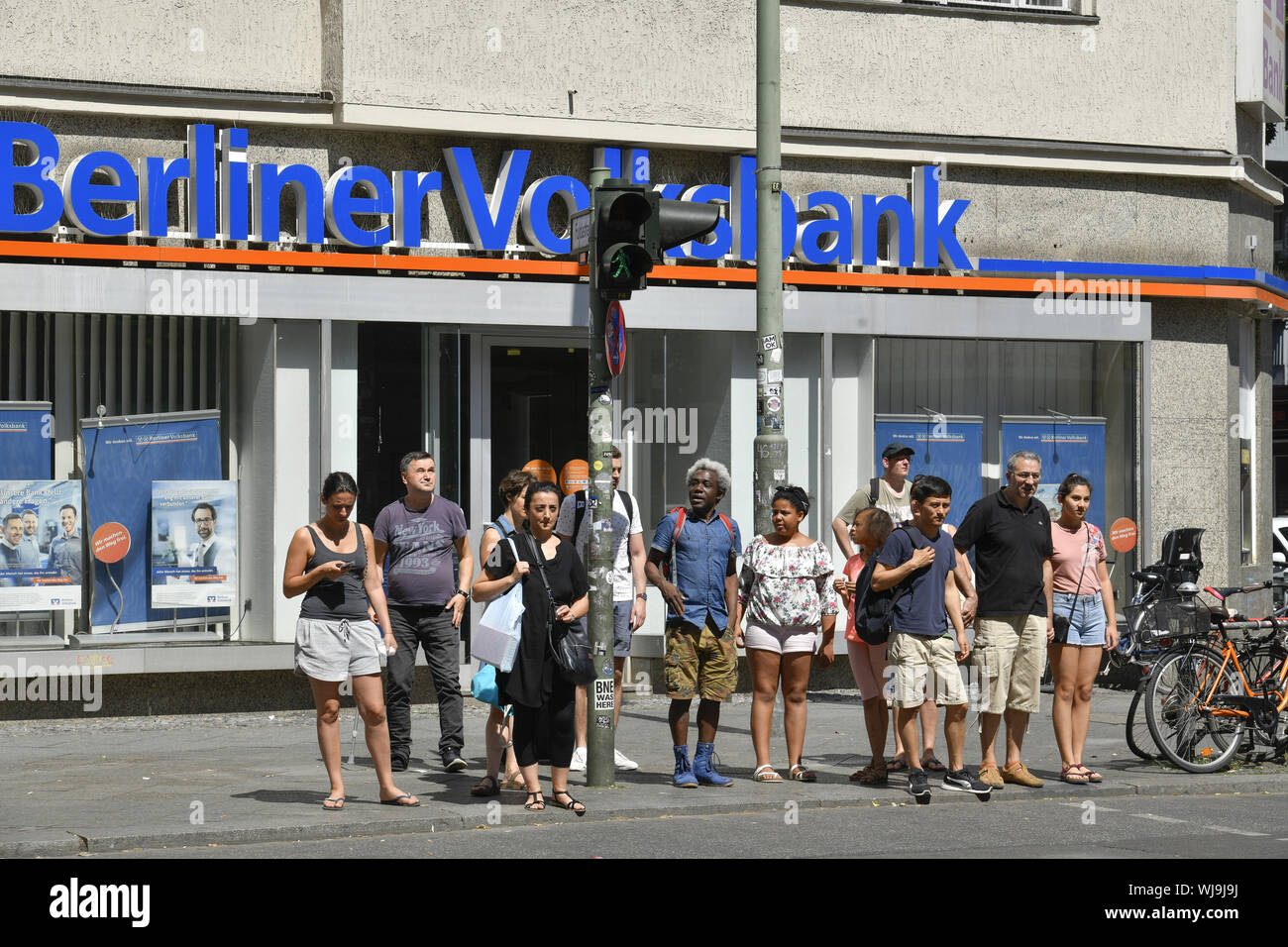 Everyday life, everyday scene, view, foreigner, foreigner, Outside, Outside, outside view, outside view, bank, branch bank, banking house, Berlin, Ber Stock Photo