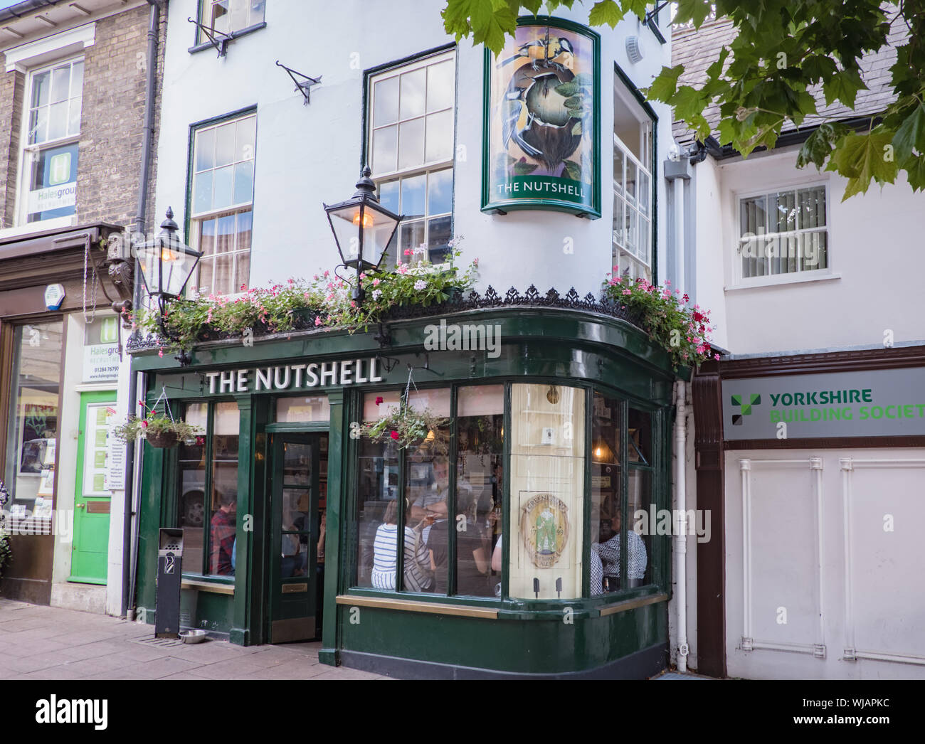 External view of The Nutshell Pub, known as the smallest pub in Britain. Bury St Edmunds, Suffolk, UK Stock Photo