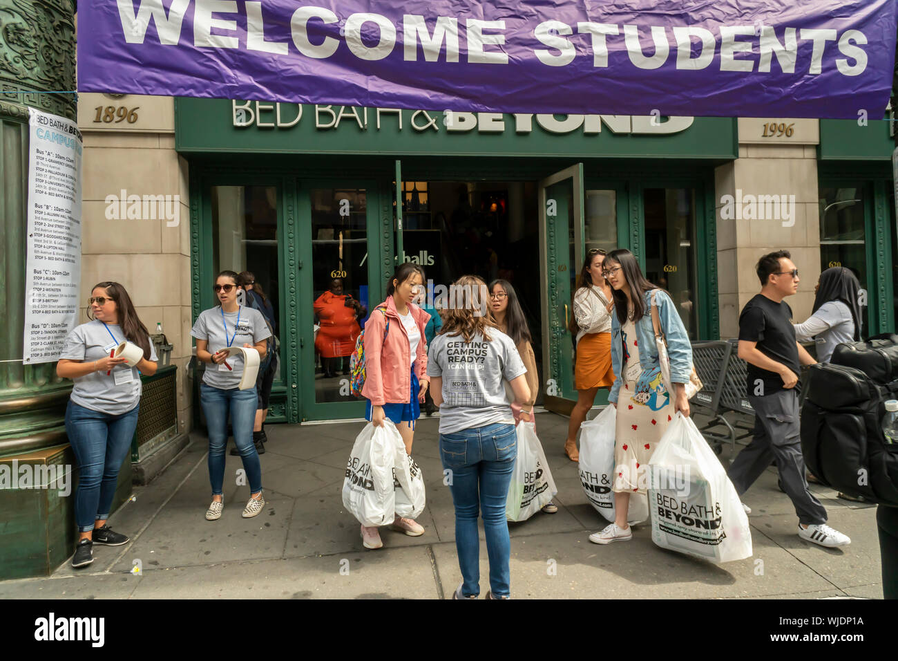 Hundreds Of Nyu Students Some With Their Families Descend