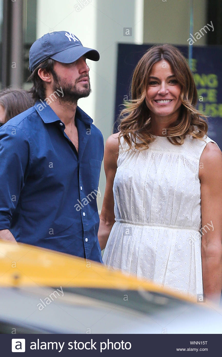 Conejo entrega a domicilio puenting  New York, NY - Kelly Bensimon along with her boyfriend and daughter Sea  Louise wait patiently for their ride near Park Avenue in New York City. The  'Real Housewives of New York