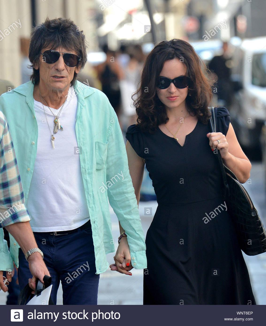 super kvalitet fånga säljs över hela världen Paris, France - Rolling Stone rocker Ron Wood and wife Sally ...