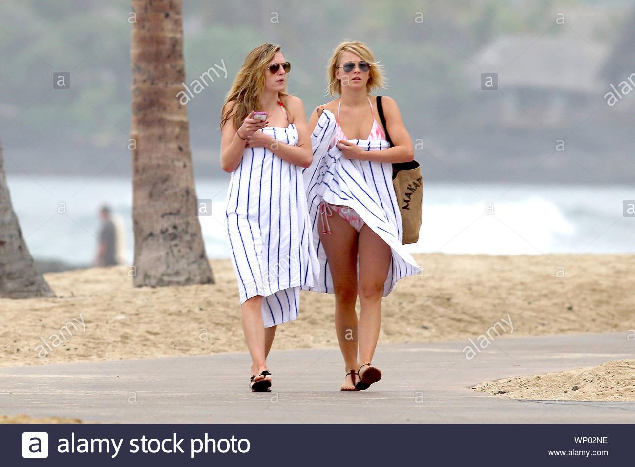 Shot On 12 5 12 Kona Hi Julianne Hough Hangs Out At The Beach In Hawaii