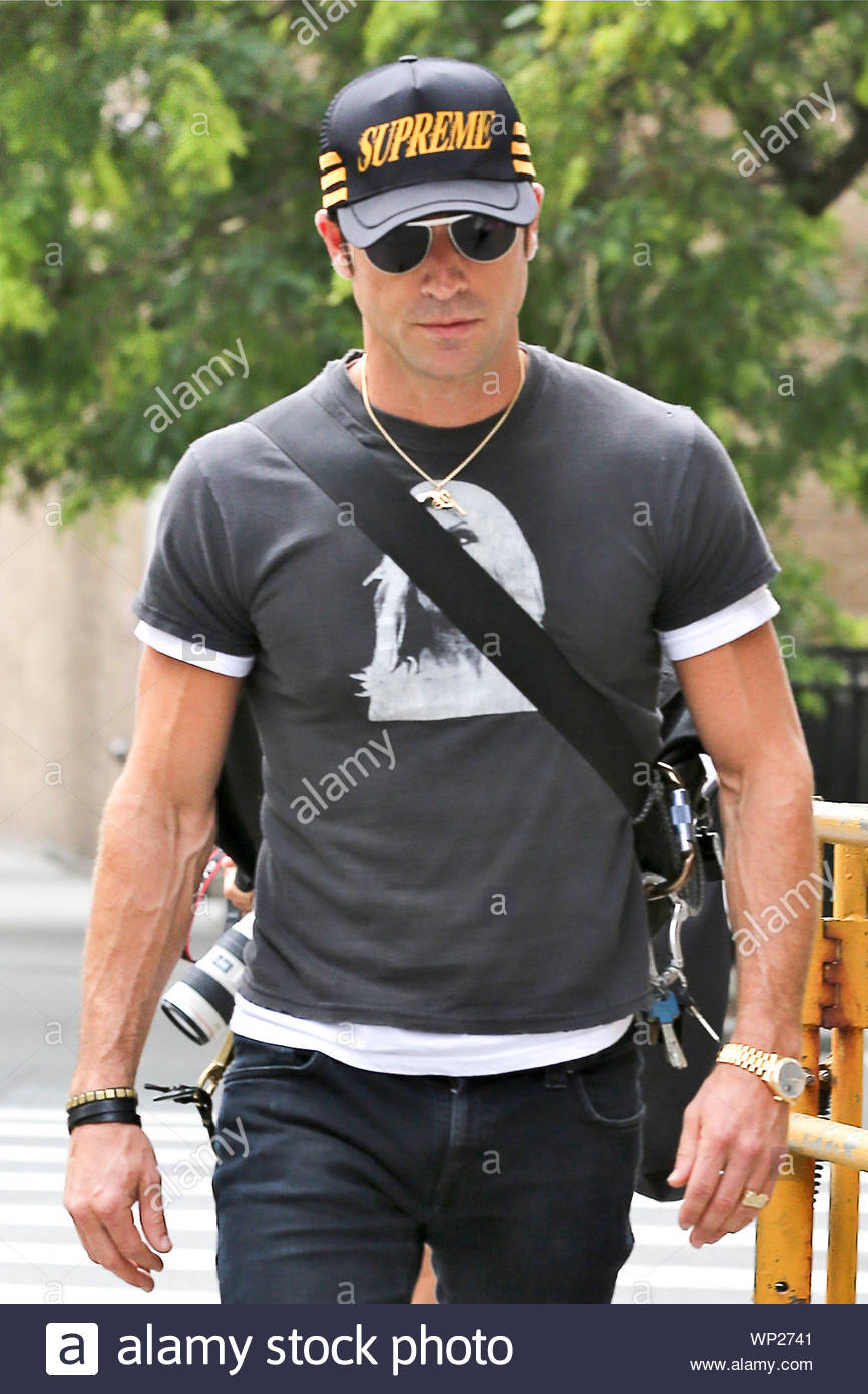 New York Ny Actor And Jennifer Aniston S Boyfriend Justin Theroux Grabs A Cab In The Big Apple Justin Ran A Few Errands While His Girl Aniston Films We Re The Millers Akm Gsi