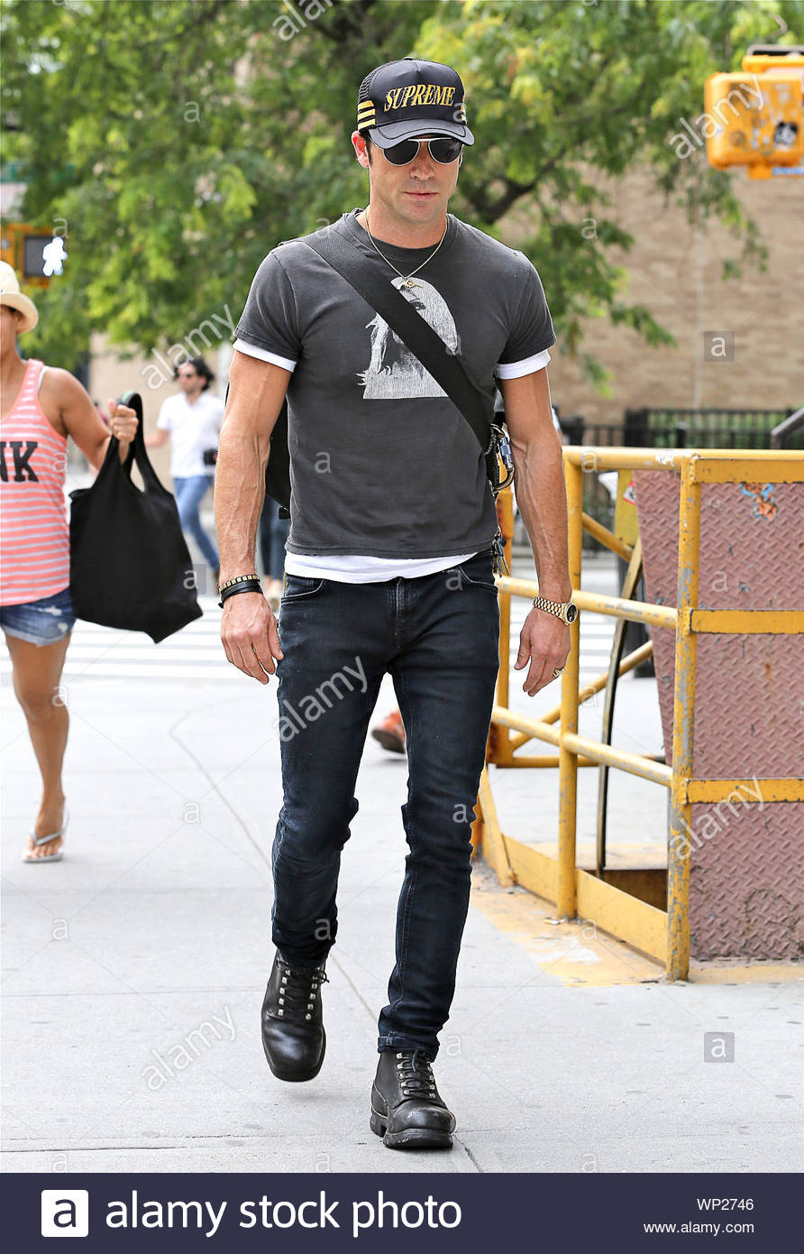 New York Ny Actor And Jennifer Aniston S Boyfriend Justin Theroux Grabs A Cab In The Big
