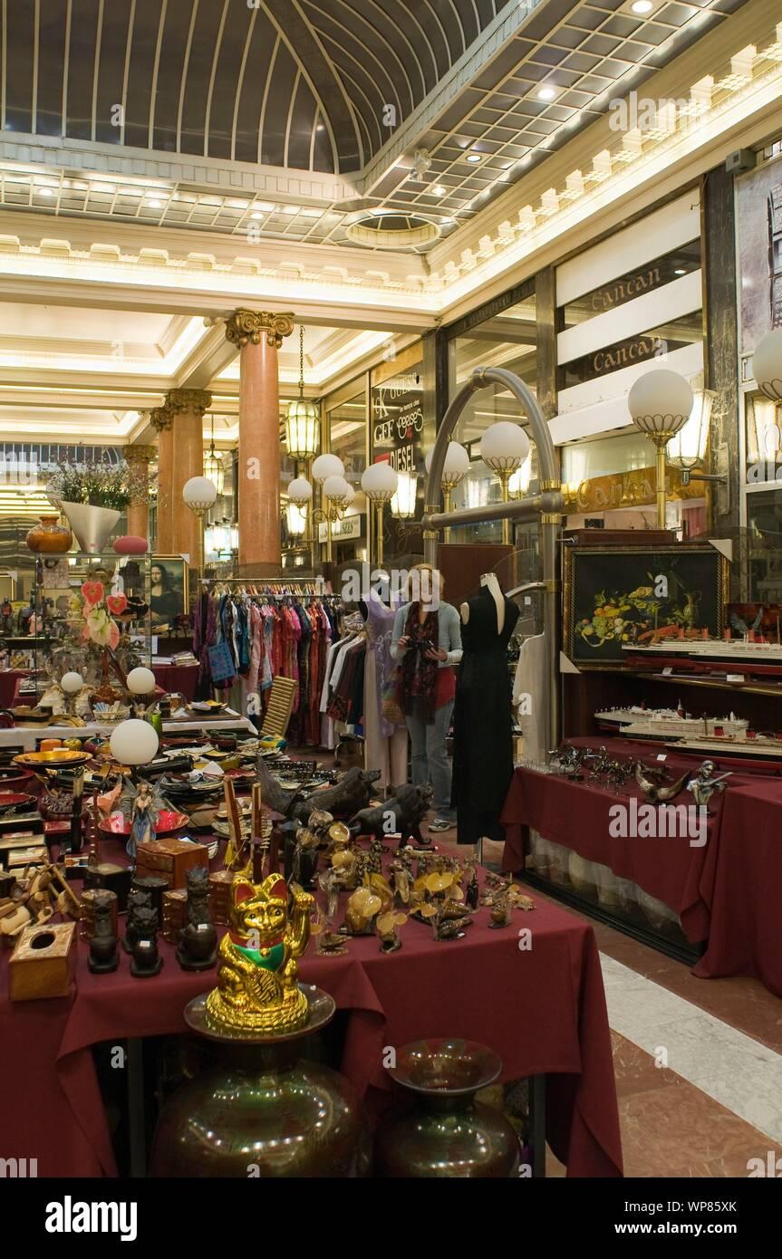 In den 1920er Jahren wurde die Mode der kommerziellen Passagen und Galerien ins Leben gerufen. Angesichts der zunehmenden Industrialisierung, der komm Stock Photo