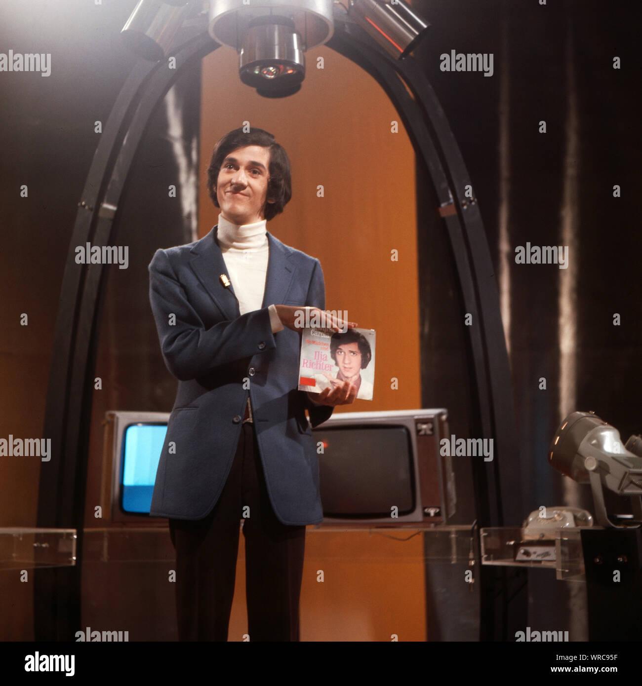 """Disco, Musiksendung, Deutschland 1971 - 1982, Moderator Ilja Richter präsentiert seine Single """"Bratwurst Carola"""" Stock Photo"""