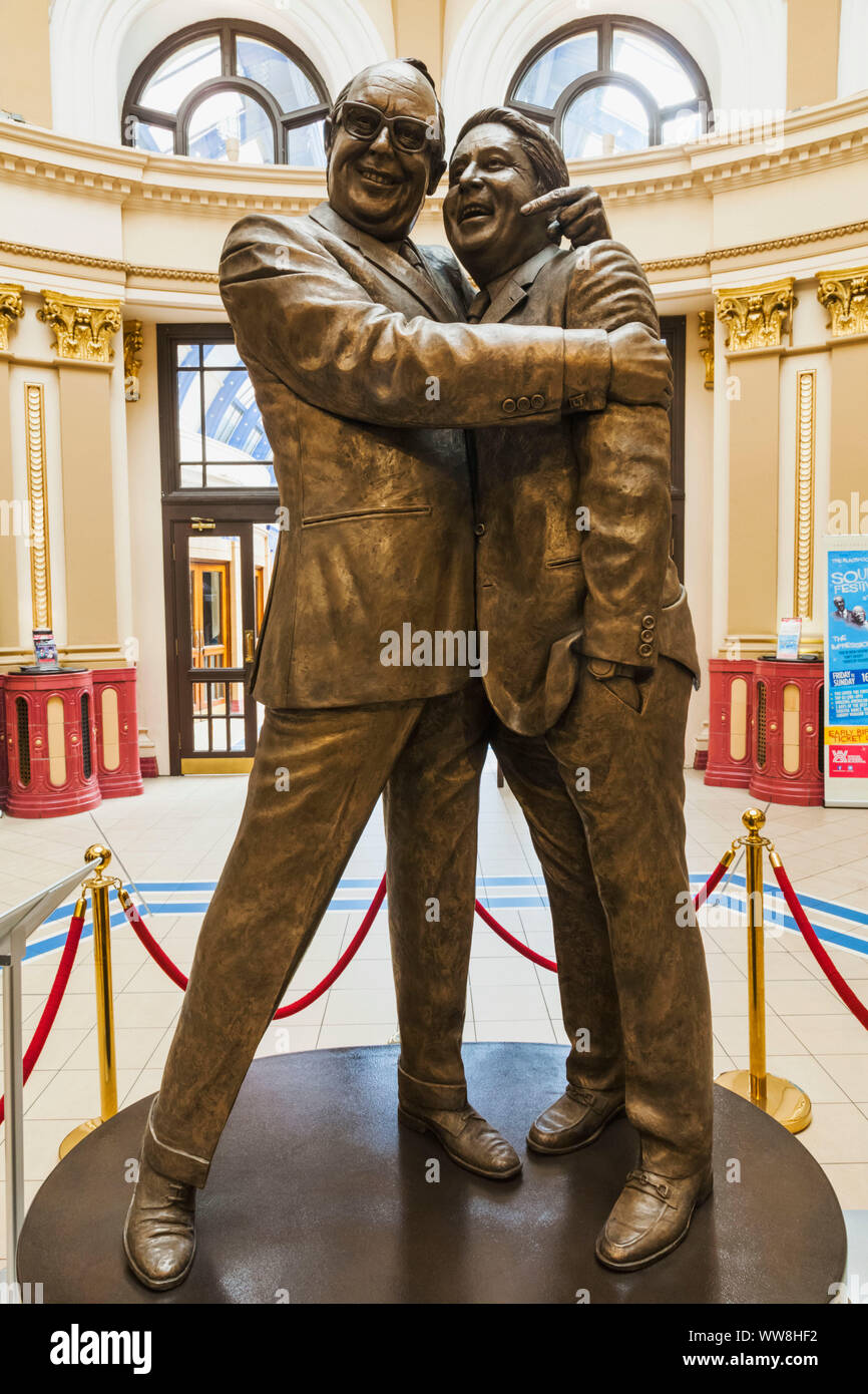 England, Lancanshire, Blackpool, The Winter Gardens, Bronze Statue of Comedians Eric Morecambe and Ernie Wise Stock Photo