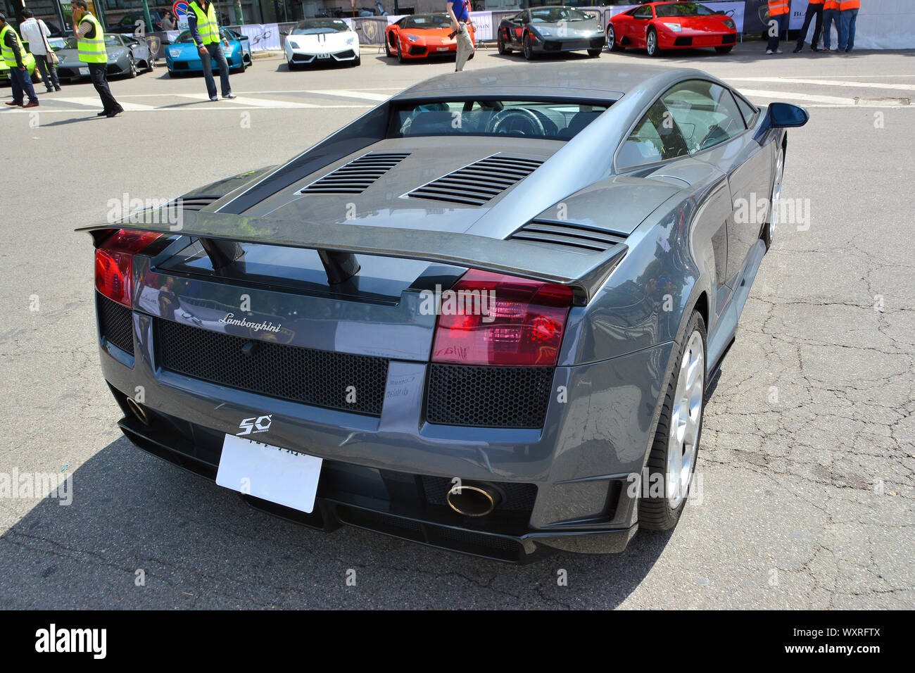 Luxury Car Outside House High Resolution Stock Photography And Images Alamy