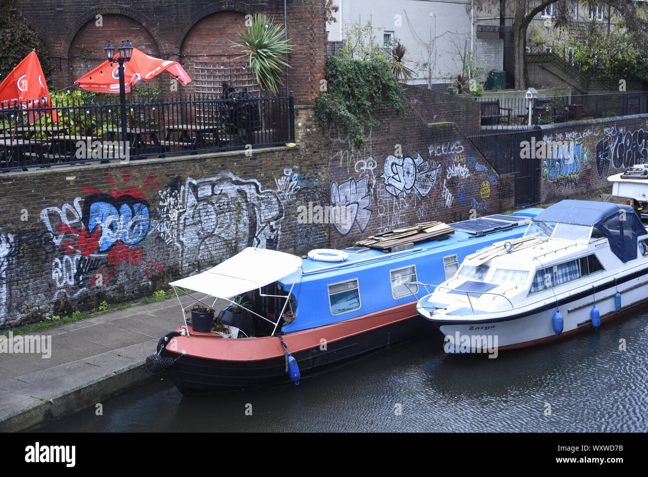 Regent's Canal is a canal across an area just north of central London, England. It provides a link from the Paddington Arm of the Grand Union Canal Stock Photo
