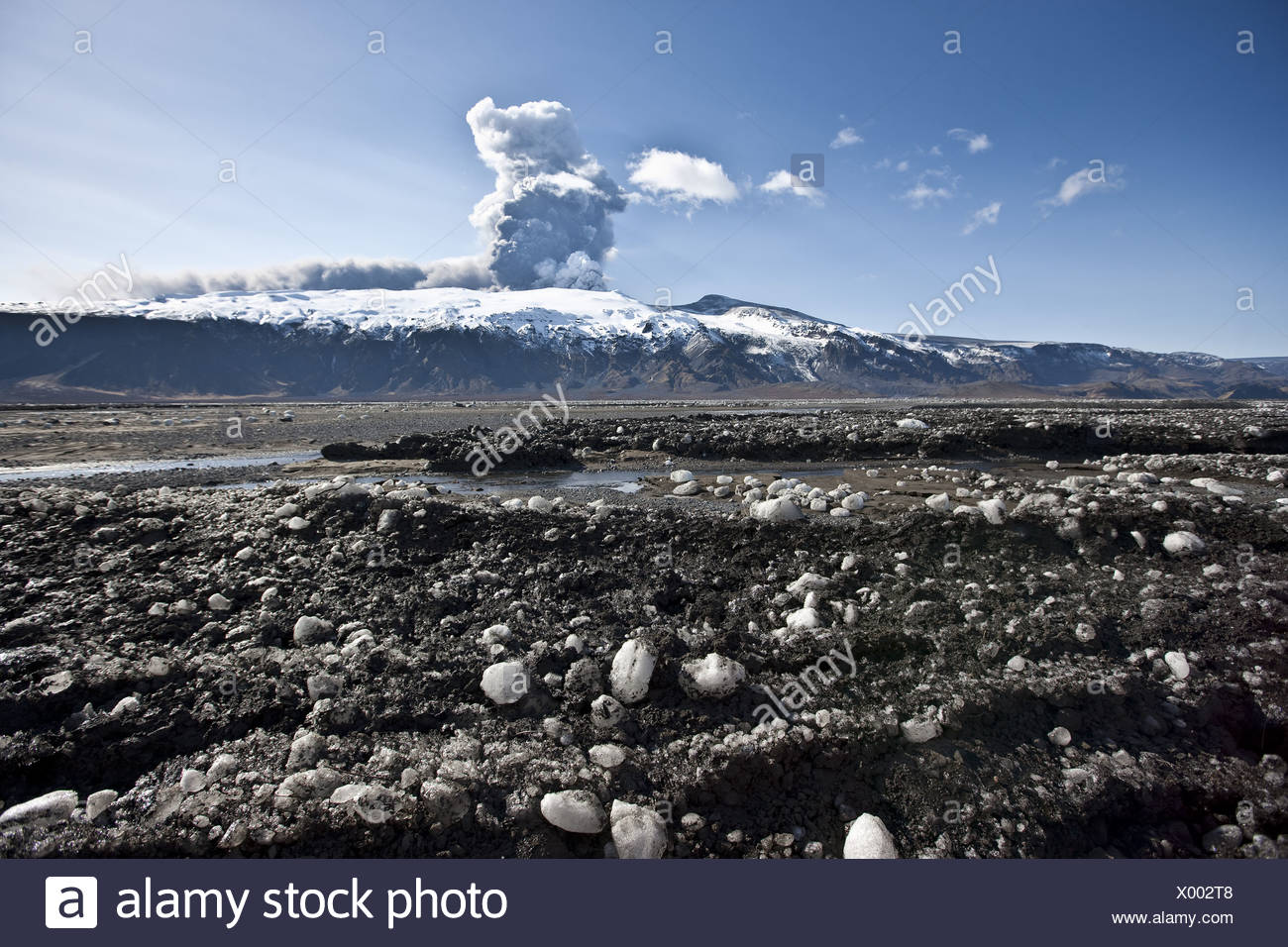 Ash and dirt on snow from volcanic ash cloud due to eruption of Eyjafjalljokull glacier, Iceland - Stock Image