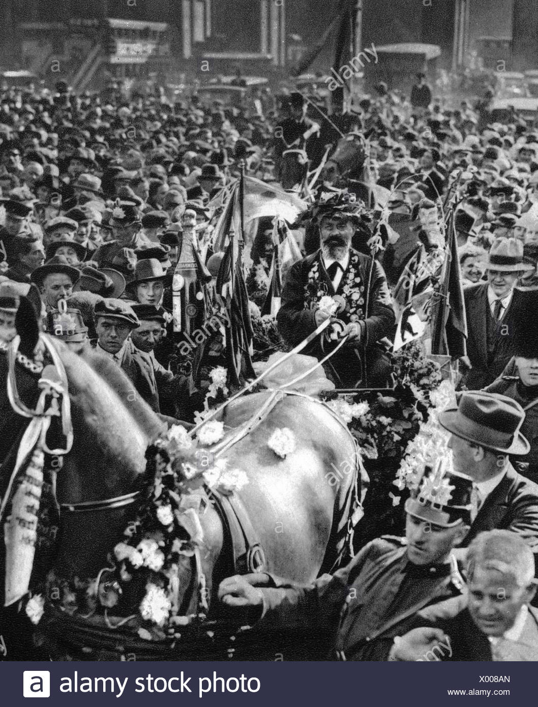 Hartmann, Gustav, 4.8.1859 - 23.12.1938, Berlin coachman, called 'The Iron Gustav', arrival in Berlin, 1928, Additional-Rights-Clearances-NA - Stock Image
