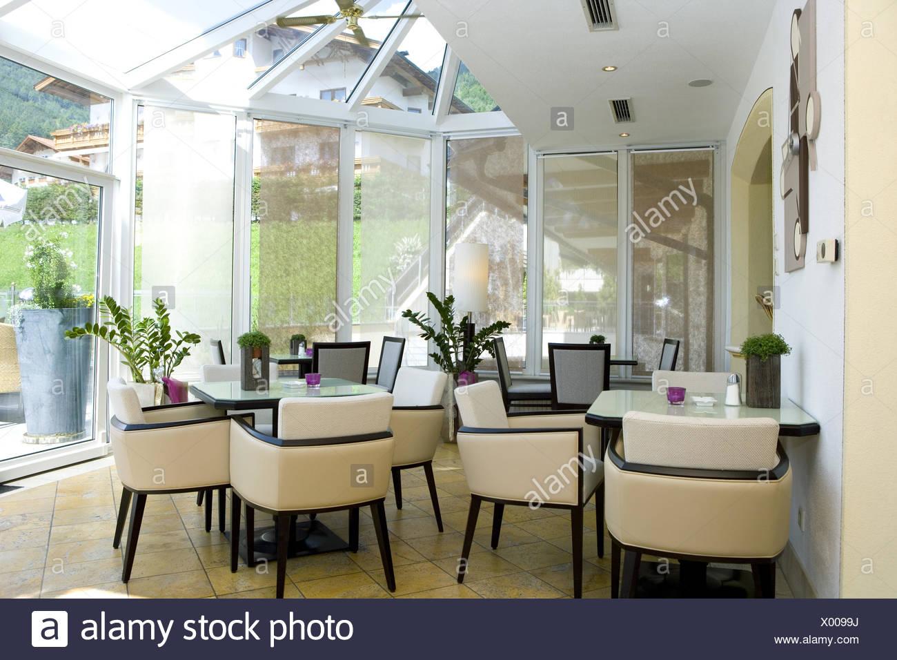 Bar, Bistro, Cafe, Wintergarten, Fenster, Innenaufnahme, Restaurant, Ruhetag, Stuehle, Tische, geschlossen, hell, leer, niemand - Stock Image