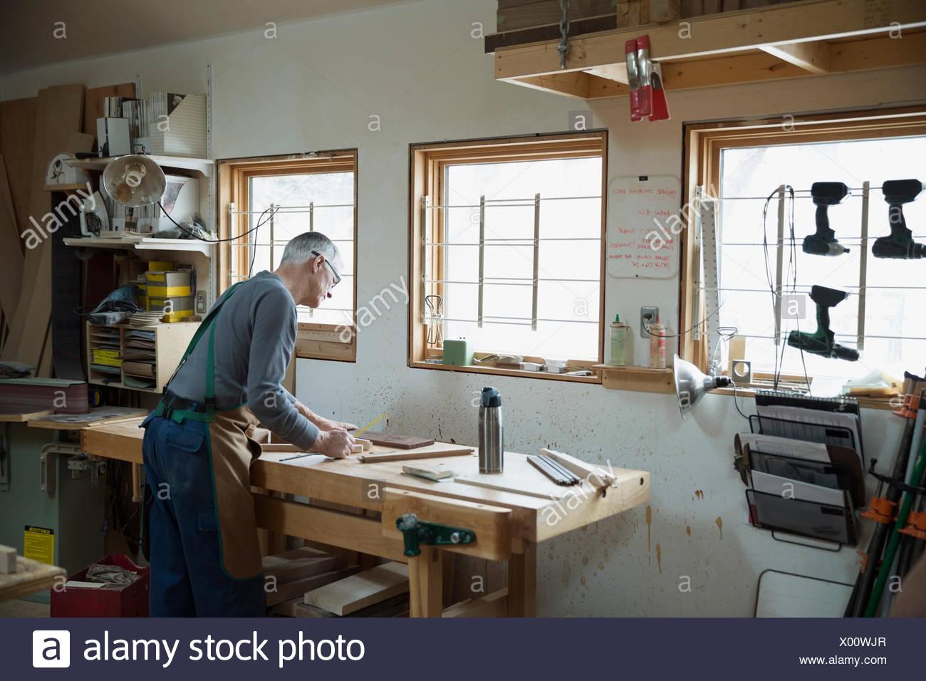 Senior carpenter working in workshop - Stock Image