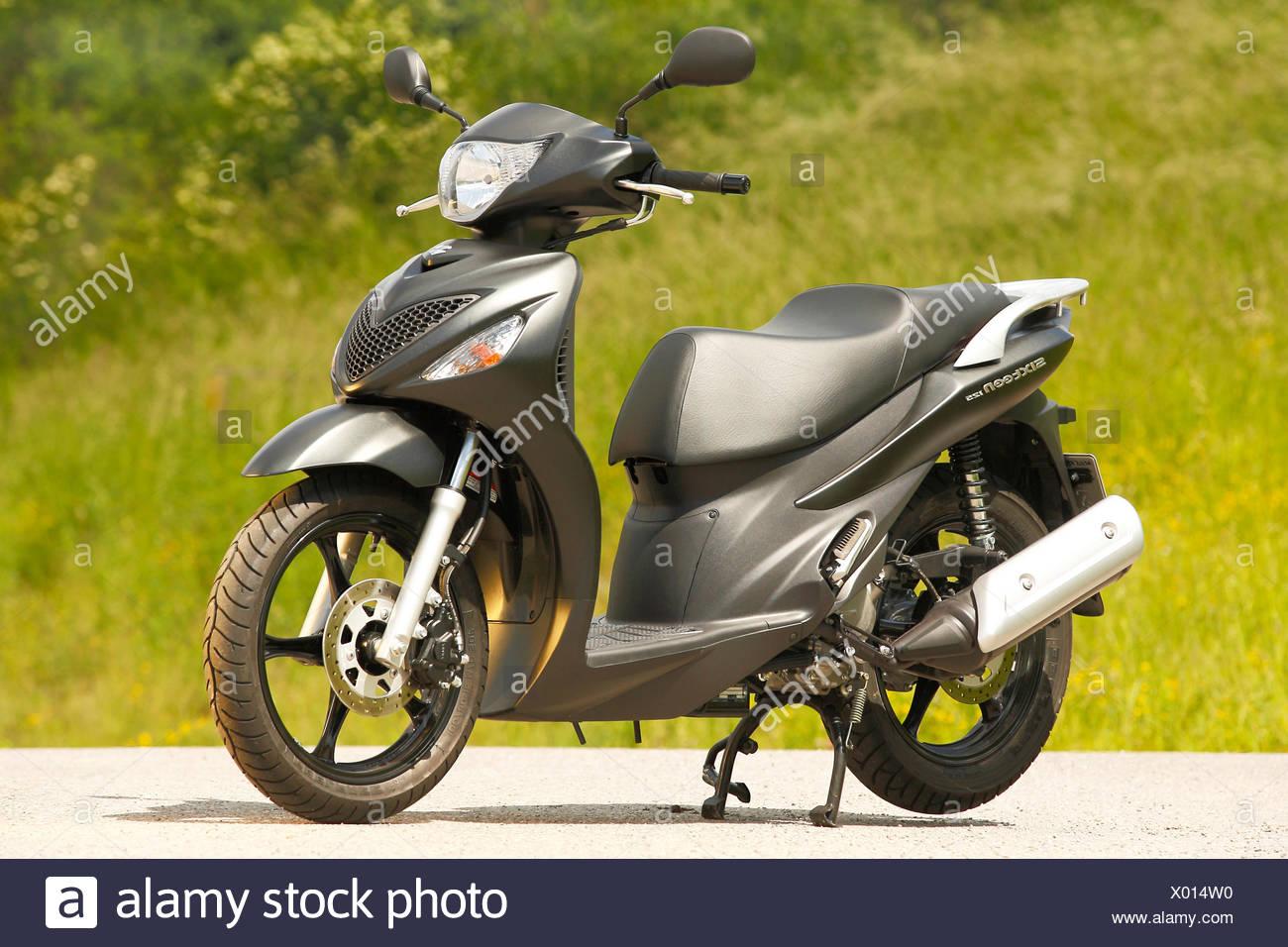 Suzuki Sixteen 125 scooter - Stock Image