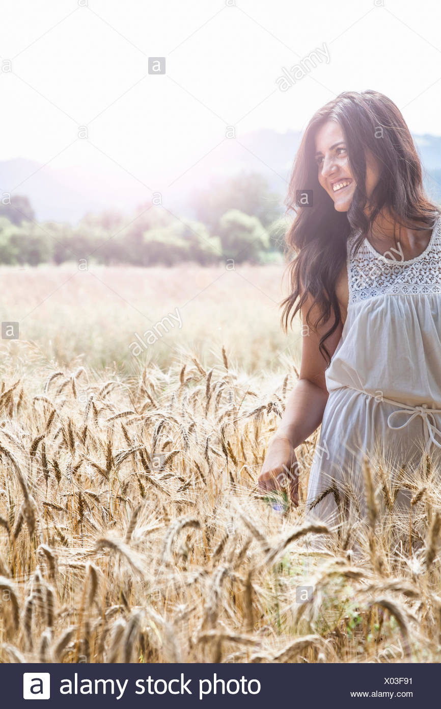 Young woman in wheat field - Stock Image