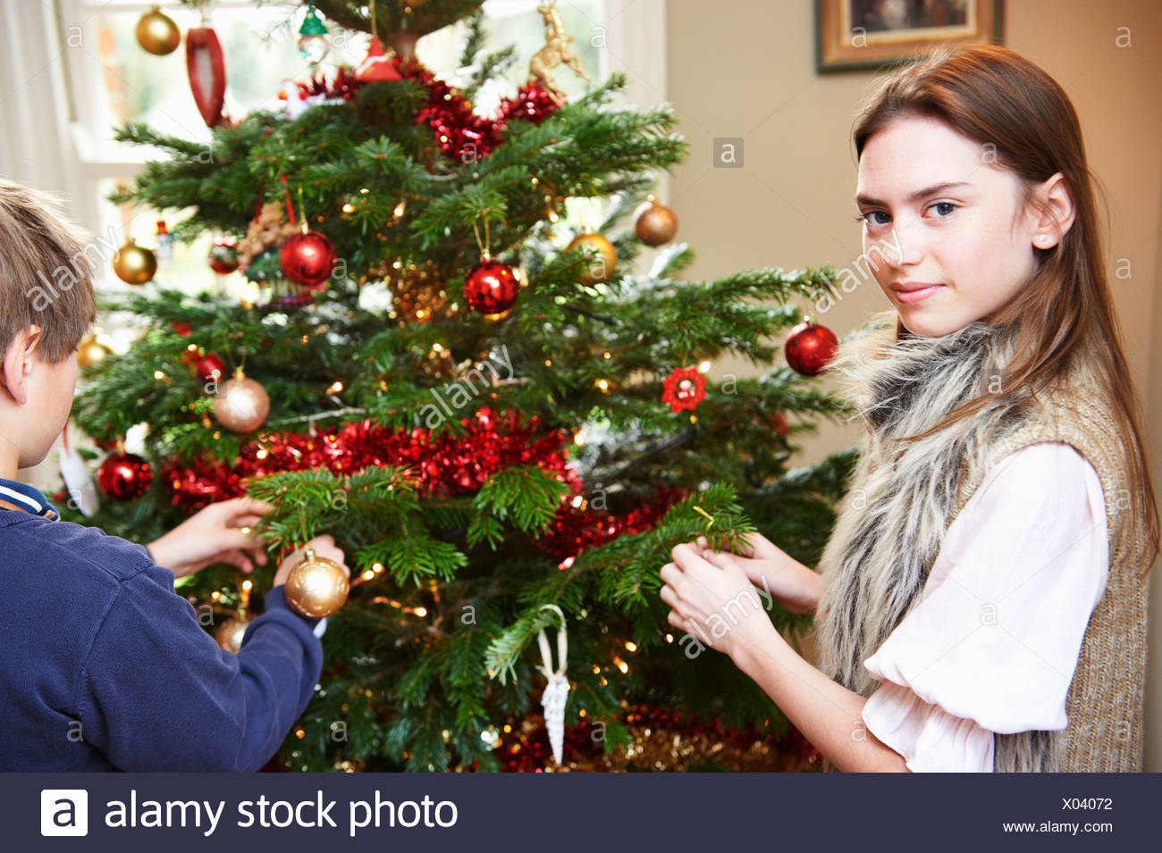 Children decorating Christmas tree - Stock Image