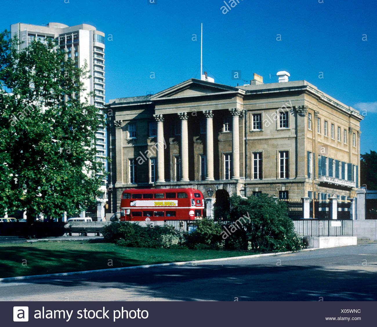 Apsley House, No. 1, Piccadilly, Hyde Park Corner, London, England UK, home of the 1st Duke of Wellington, red bus busses - Stock Image