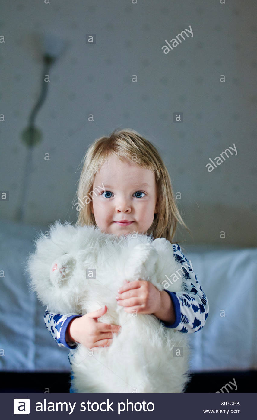 Portrait of girl (4-5) with toy cat - Stock Image