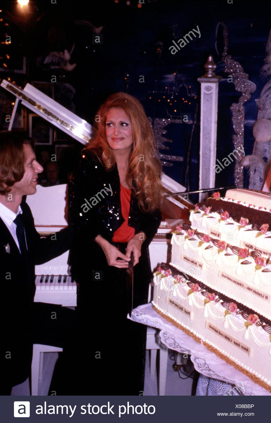 Dalida (Yolande Gigliotti), 17.1.1933 - 3.5.1987, Italian Schlager singer, half length, with Kay Woersching, cutting a cake, 198 - Stock Image