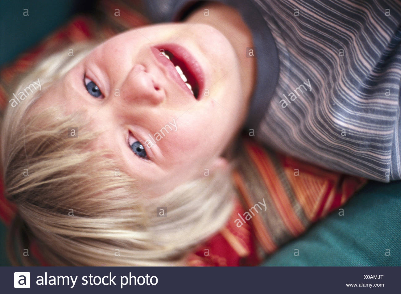 Girls, 6-10 years, blond, sit, lean back, cry, portrait, child, sadly, tooth gap, desperation, loneliness, pain, emotion, feeling, expression, tears, unhappily, tearful, anxiously, fear, ailment, suffer, facial play, helplessness, discontent, mood negatively, inside - Stock Image