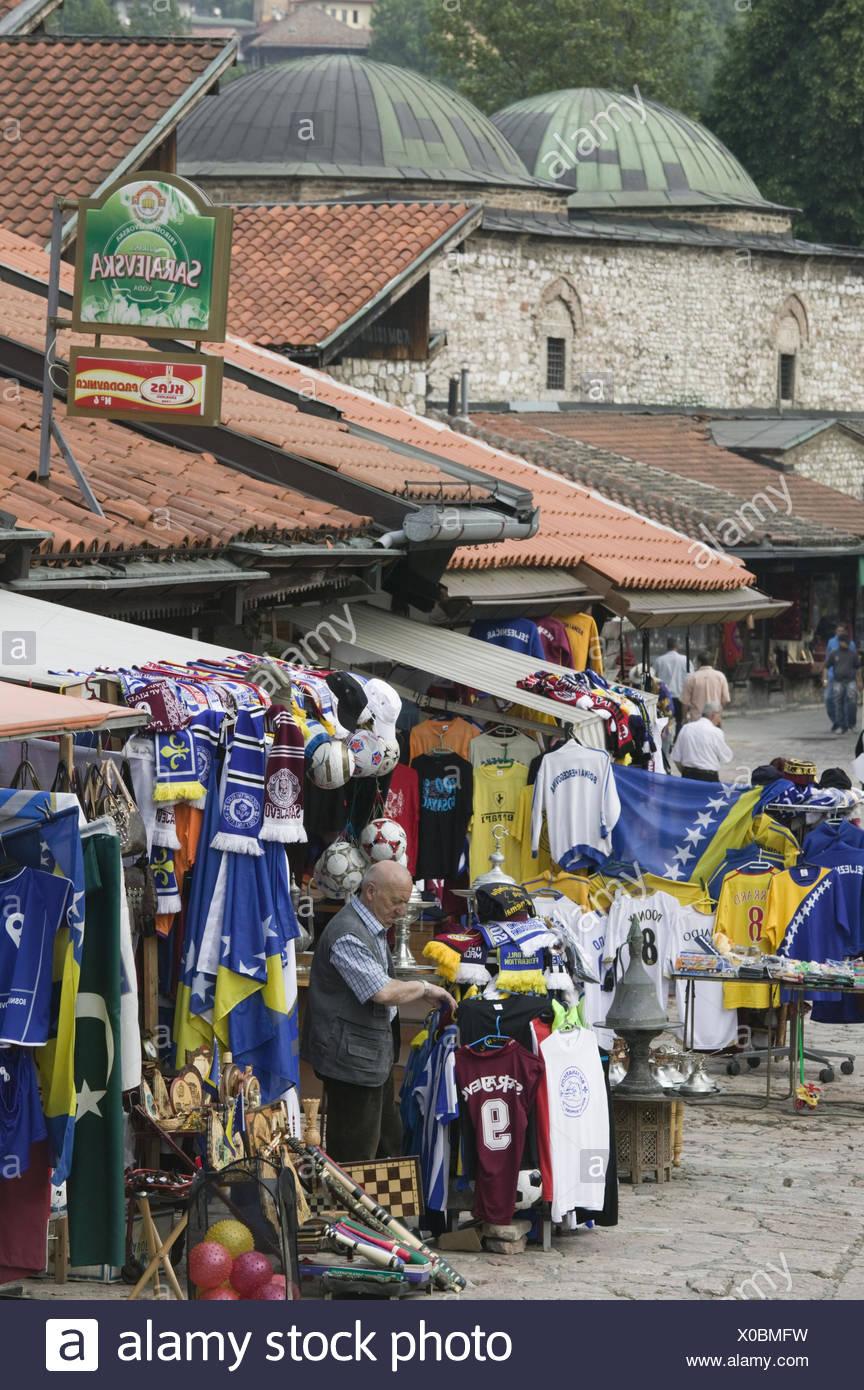 Bosnien-Herzegowina, Sarajevo, Altstadt, Bascarsija, Souvenirgeschäft, Verkäufer, Fußballtrikots, Fanartikel, - Stock Image