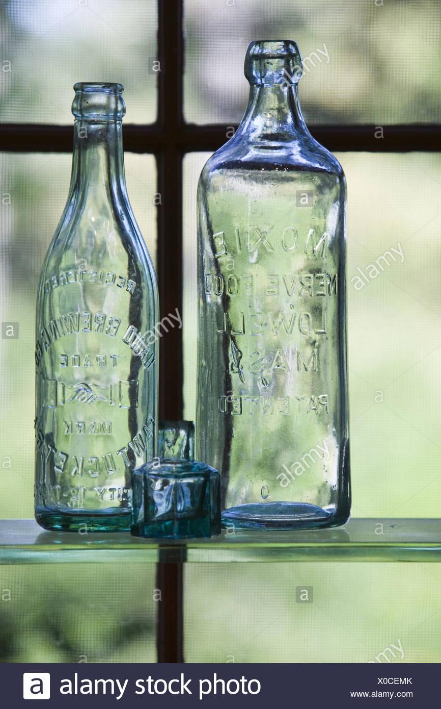 Fenster, Regal, Glasflaschen, antik,    Schaufenster, Dekoration, Ausstellung, Flaschen, Glas, historisch, Relief, Schrift, durchsichtig, gläsern, Transparent, Sachaufnahme, - Stock Image