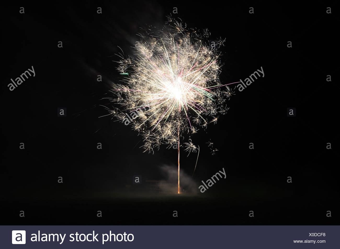 zartes weisses helles feuerwerk in der nacht - Stock Image