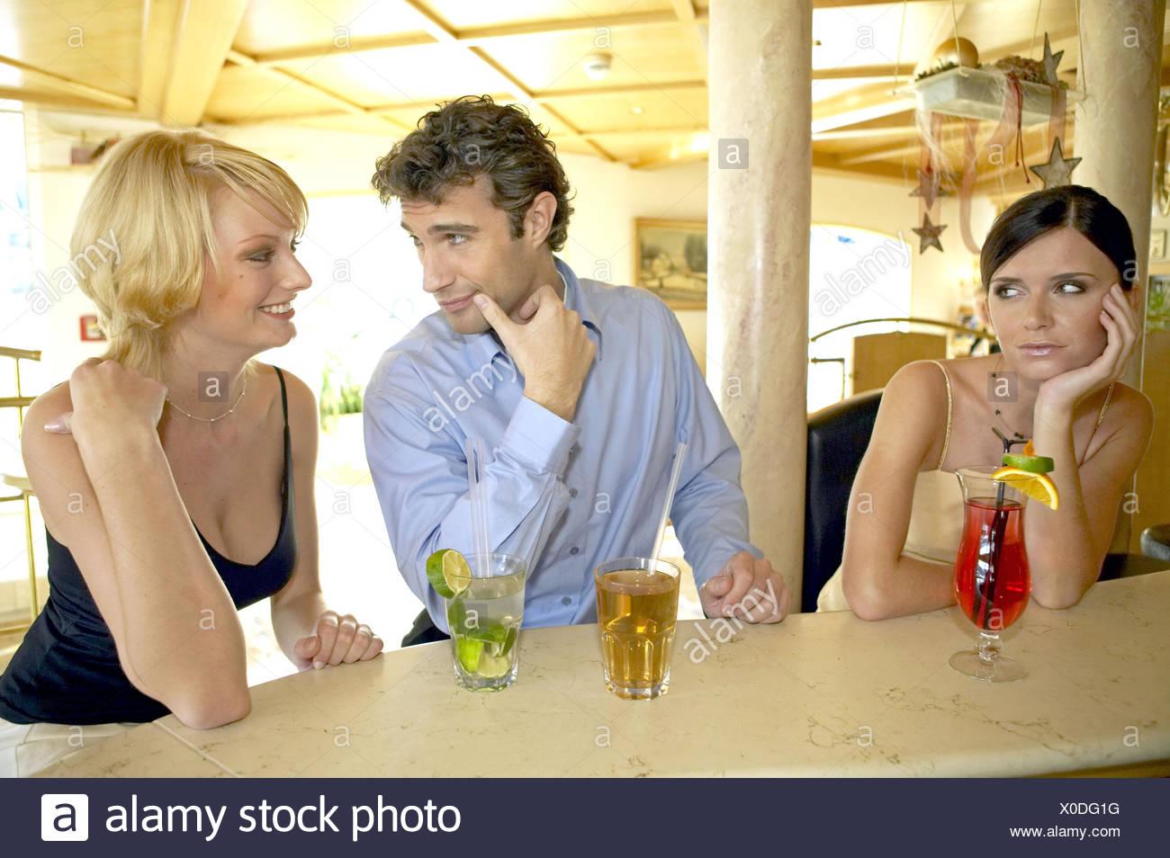 Die Körpersprache: Frau zeigt so ihr Interesse!