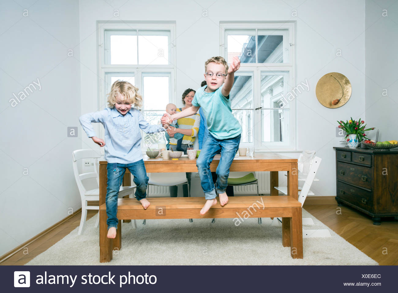 Family with three children in living room - Stock Image