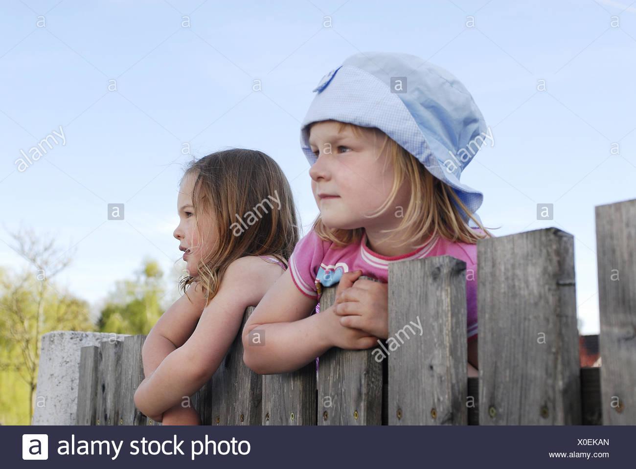 Children, Wooden fence, climb, observe, - Stock Image
