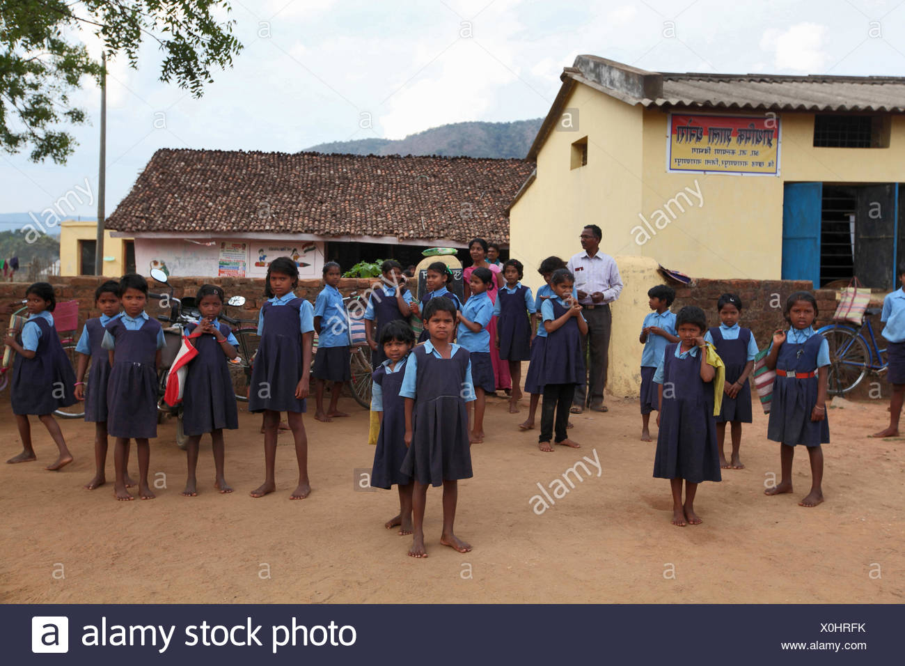 School children in front of the school, Dhanura, Narayanpur District, Chaatisgadh, India - Stock Image