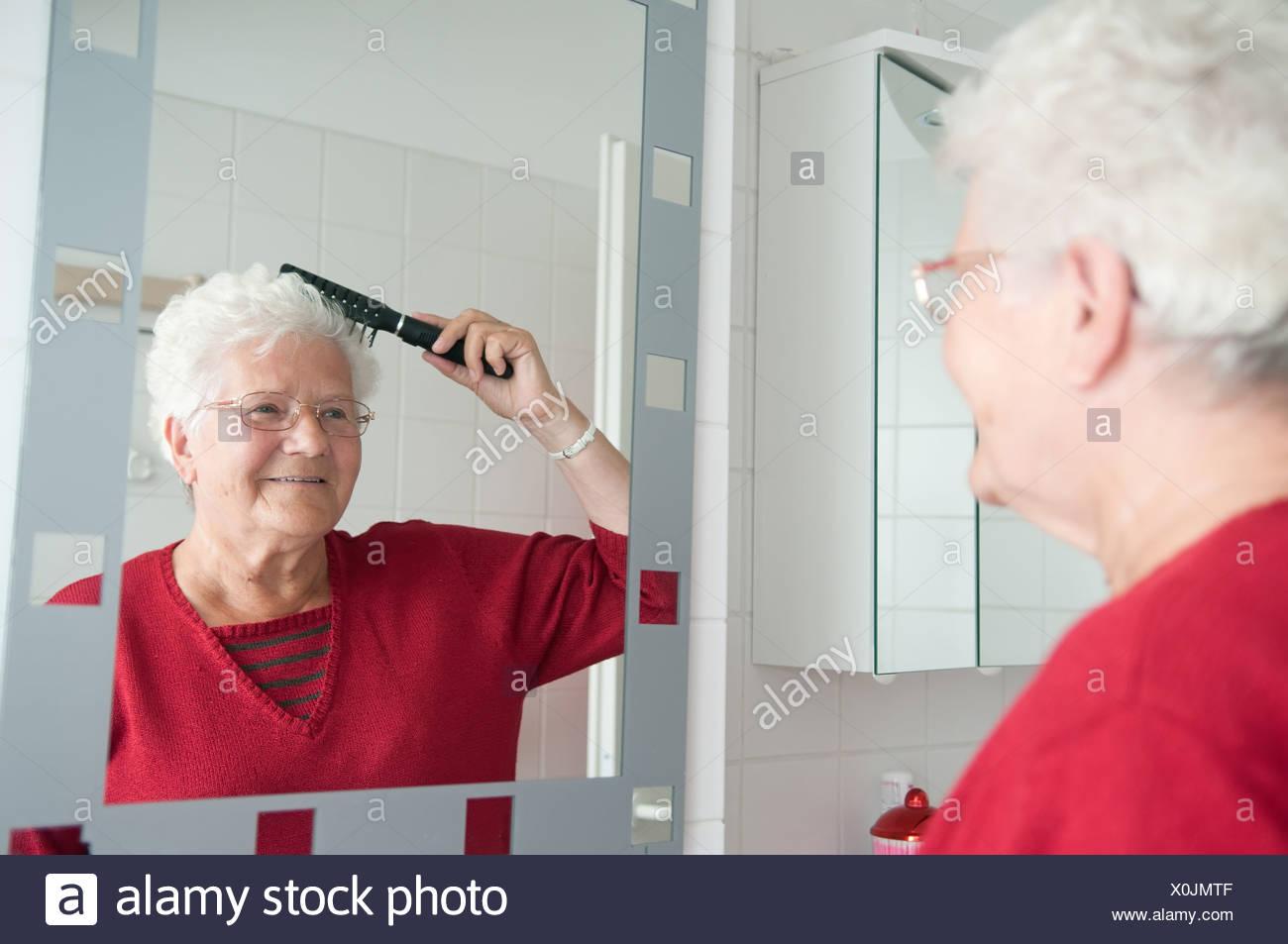 24 sata Vučić - Page 5 Grandma-is-combing-the-hair-X0JMTF