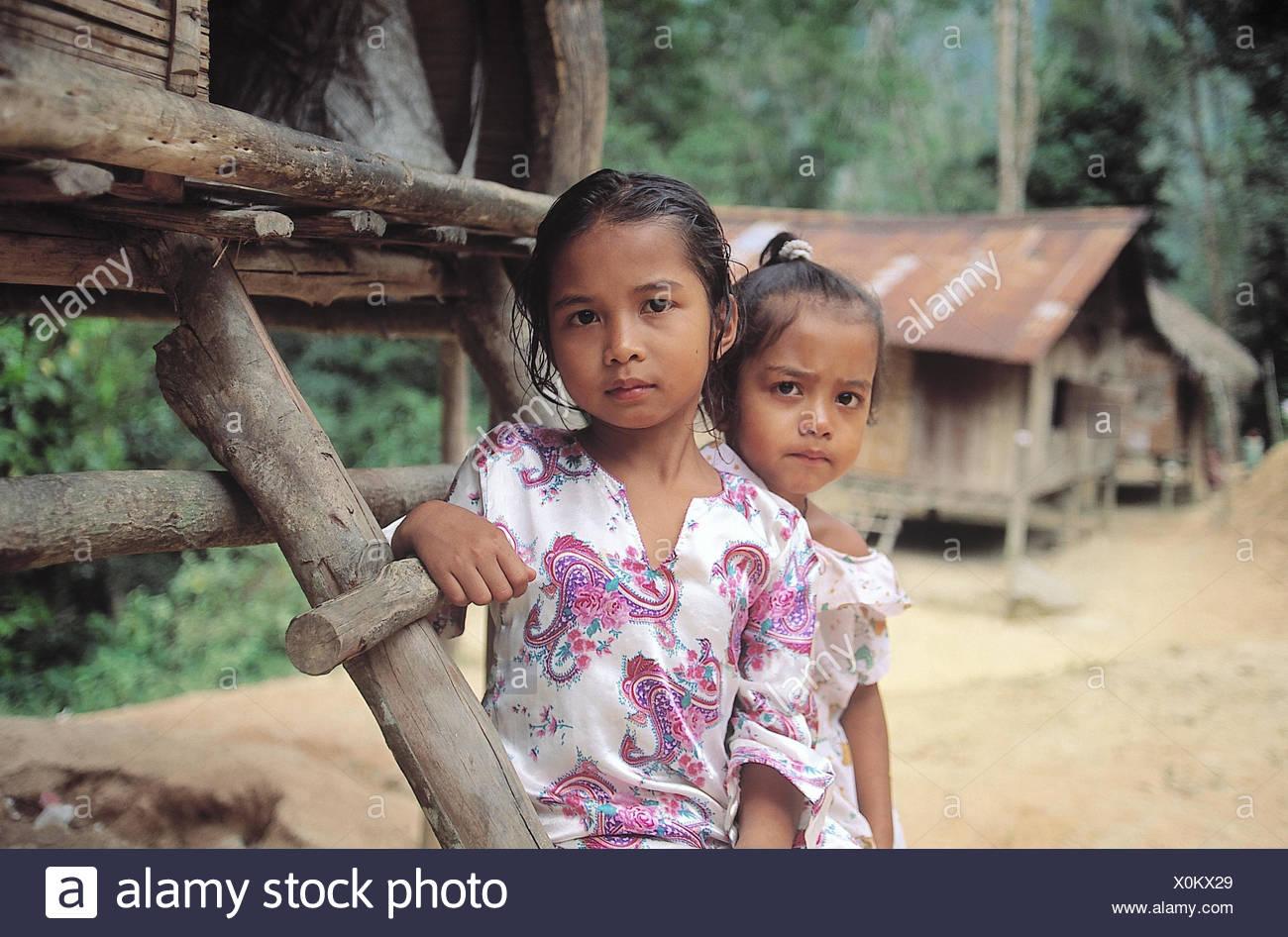 Malaysia, Cameron Highlands, Orang Asli, Pfahlbauten, Kinder  Asien, Bergland, Mädchen, zwei, einheimisch, Einheimische, außen, - Stock Image