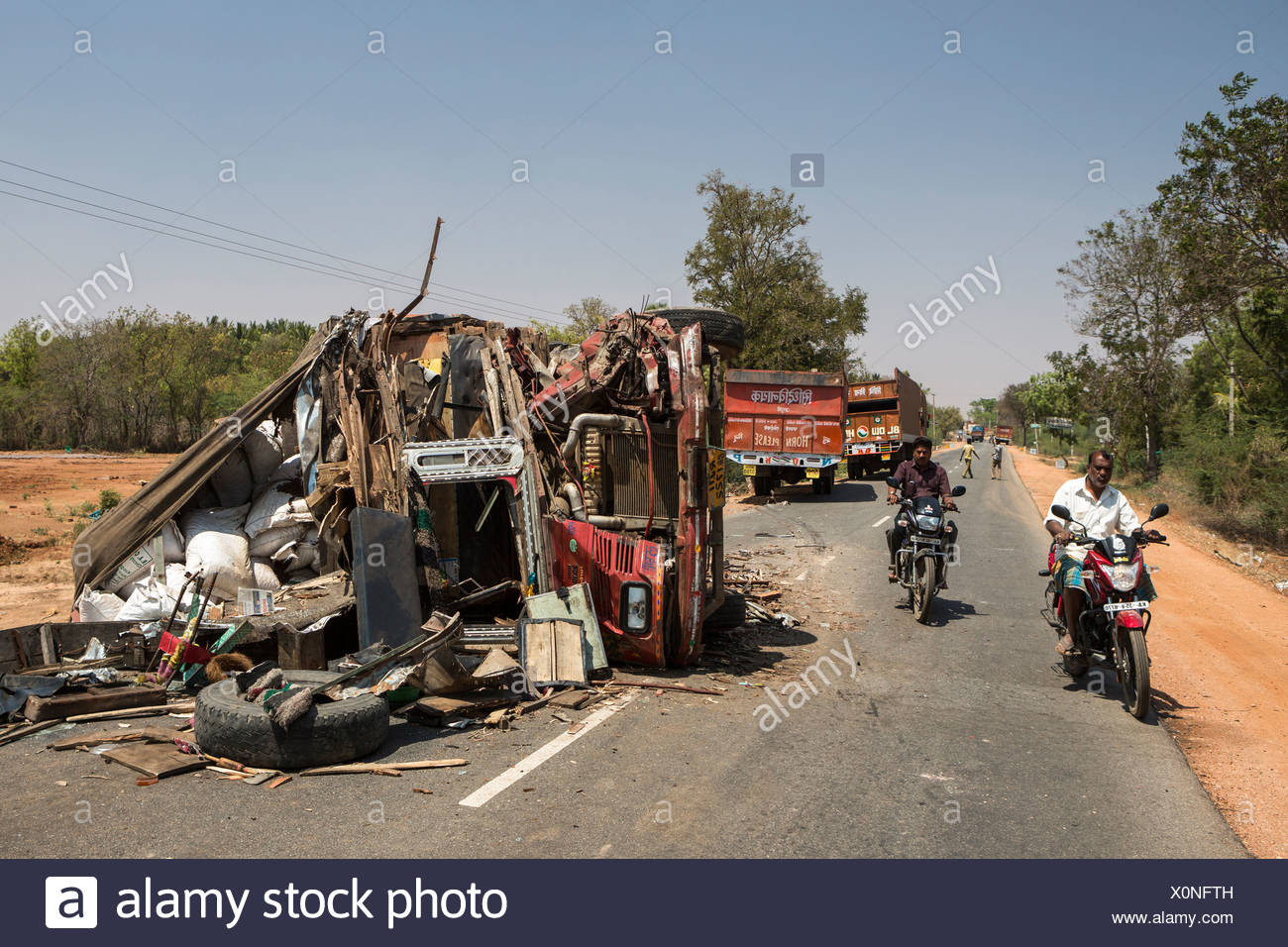 India, South India, Asia, Karnataka, road, accident, danger, truck - Stock Image