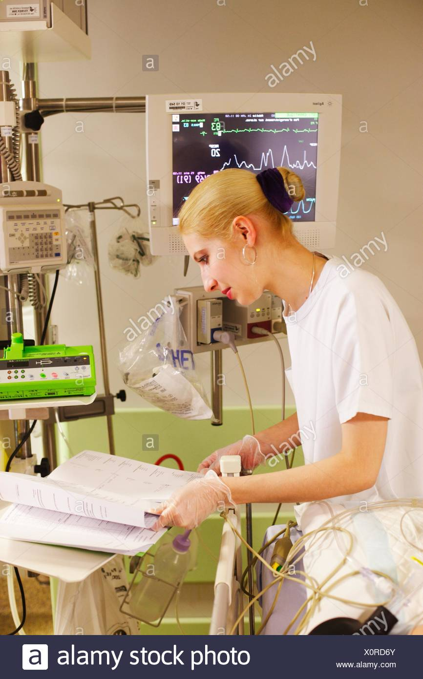 Nurse in the post-intervention room, Reanimation and Anaesthetics Department, Limoges hospital, France. - Stock Image