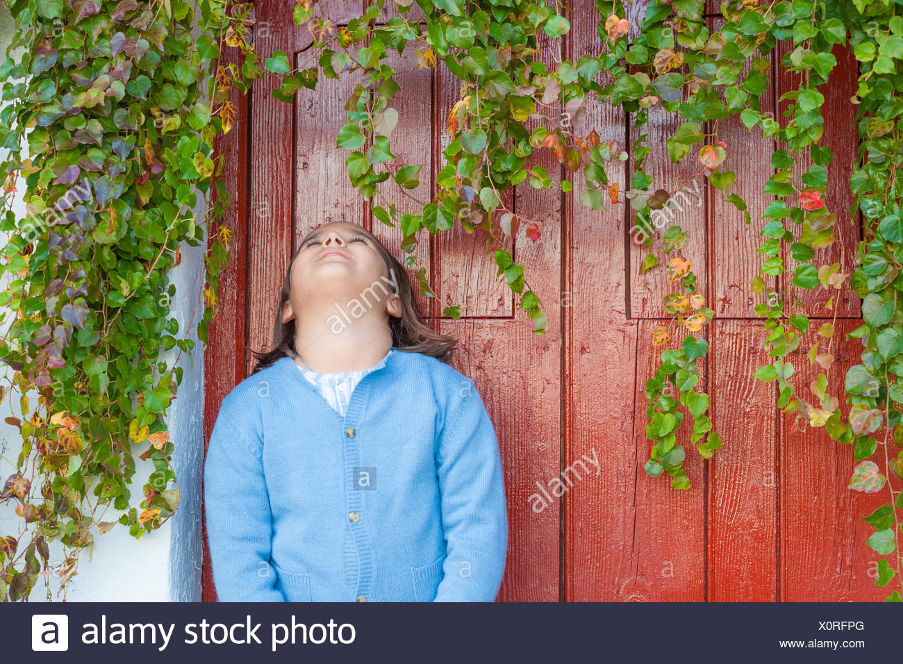 Girl (6-7) looking up - Stock Image