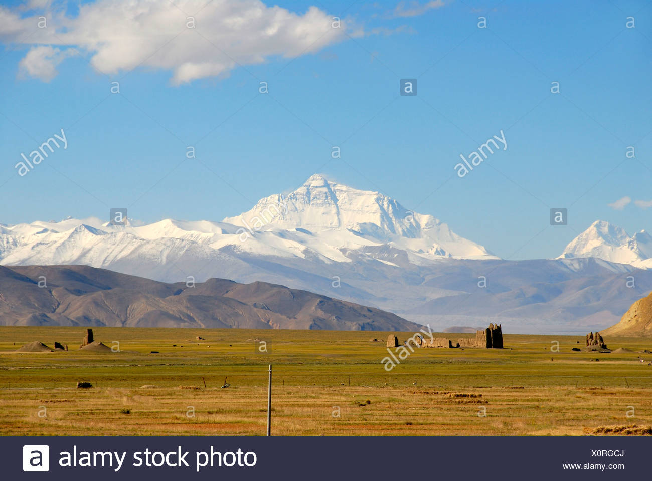 View towards the entire massif of Mount Everest, ruins in the valley near Old Tingri, Himalayas, Central Tibet, U-Tsang - Stock Image