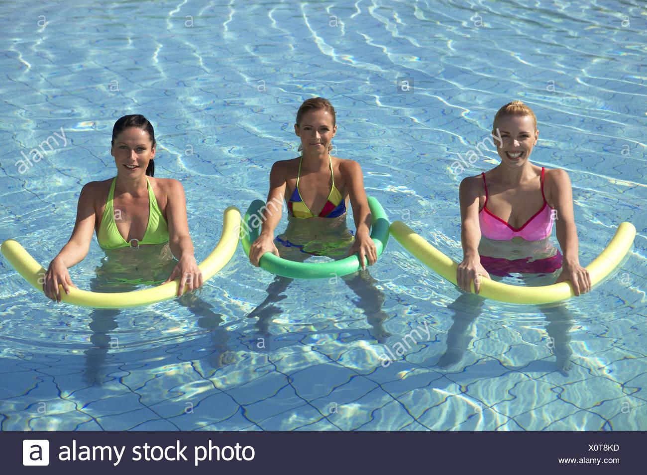 Wasserbecken Frau Frauen 3 Jung Aquaaerobic Aquagymnastik Wassergymnastik Sport Freizeit Hobby Aktivitaet Fitness Bewegung Gymna - Stock Image