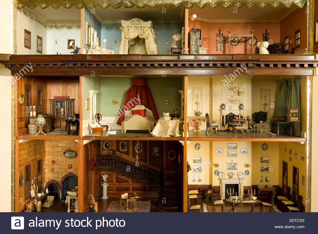 Close-up of the interior of a Victorian dolls' house - Stock Image