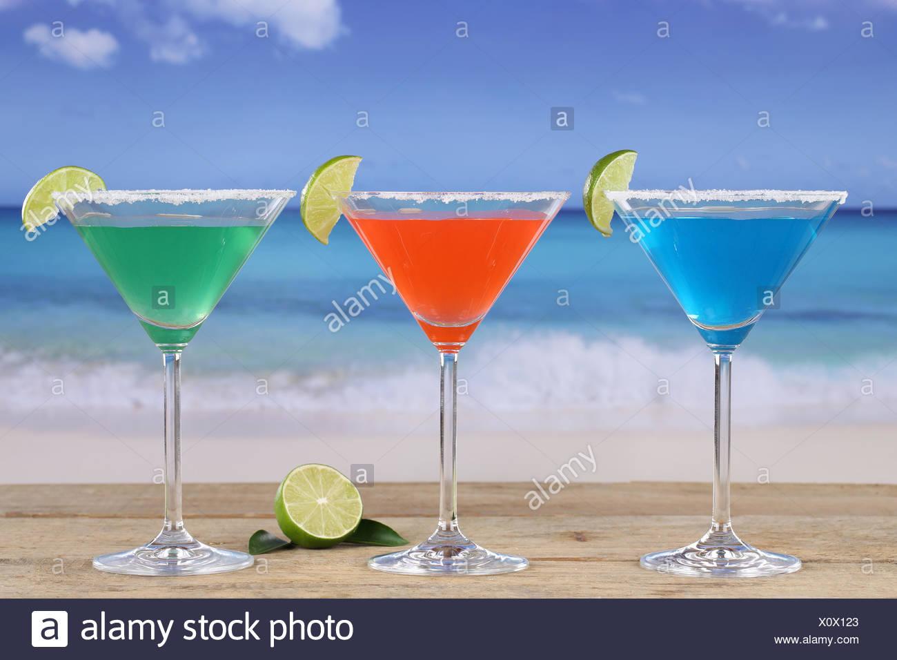 Martini Cocktails am Strand im Urlaub - Stock Image
