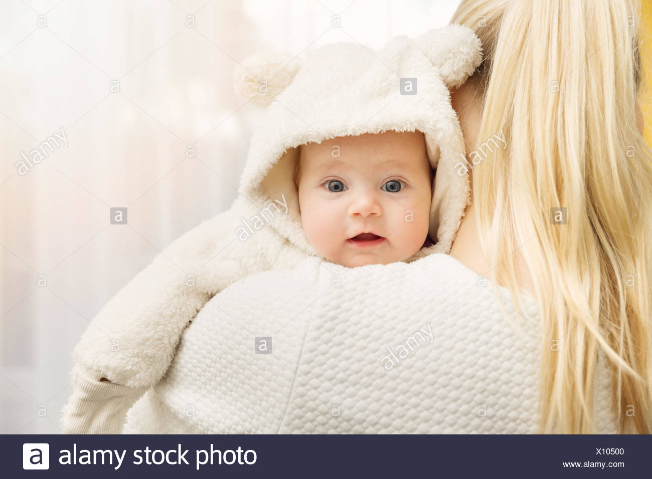 50a5014683a4 mother with her baby in fluffy bear costume over shoulder Stock ...