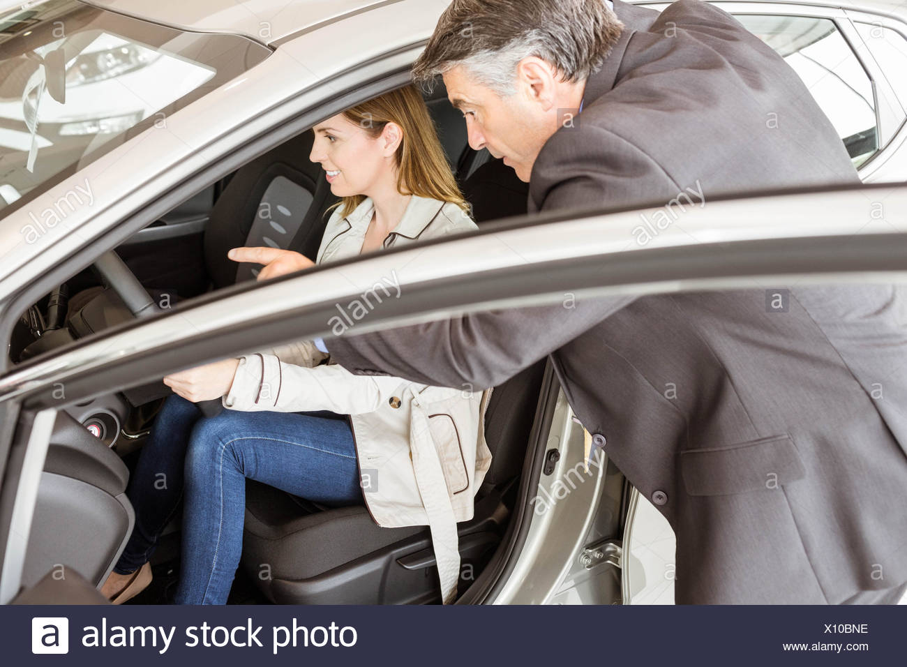Salesman showing somethings to a customer - Stock Image