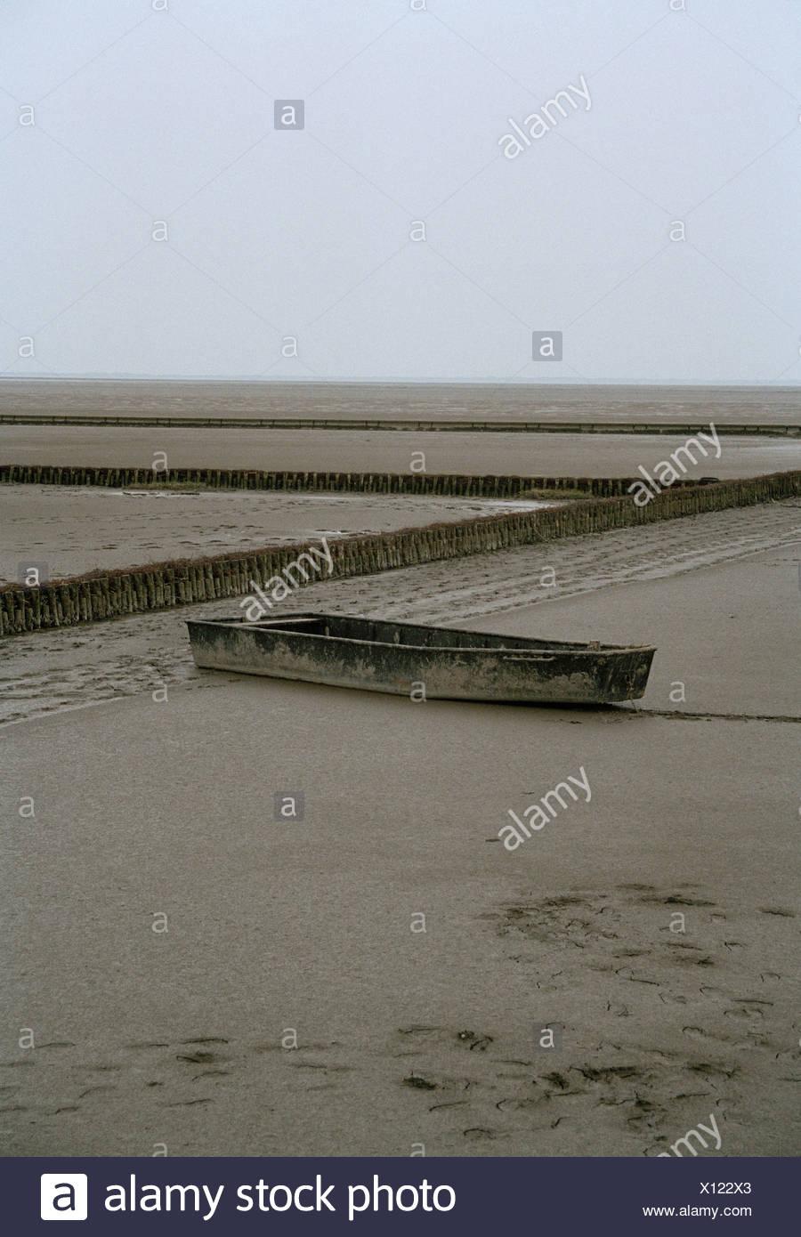 Boat stuck on beach shore Stock Photo: 276026747 - Alamy