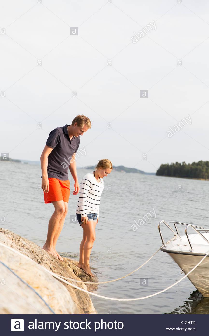 Sweden, Stockholm Archipelago, Sodermanland, Morko, Couple on lakeshore - Stock Image