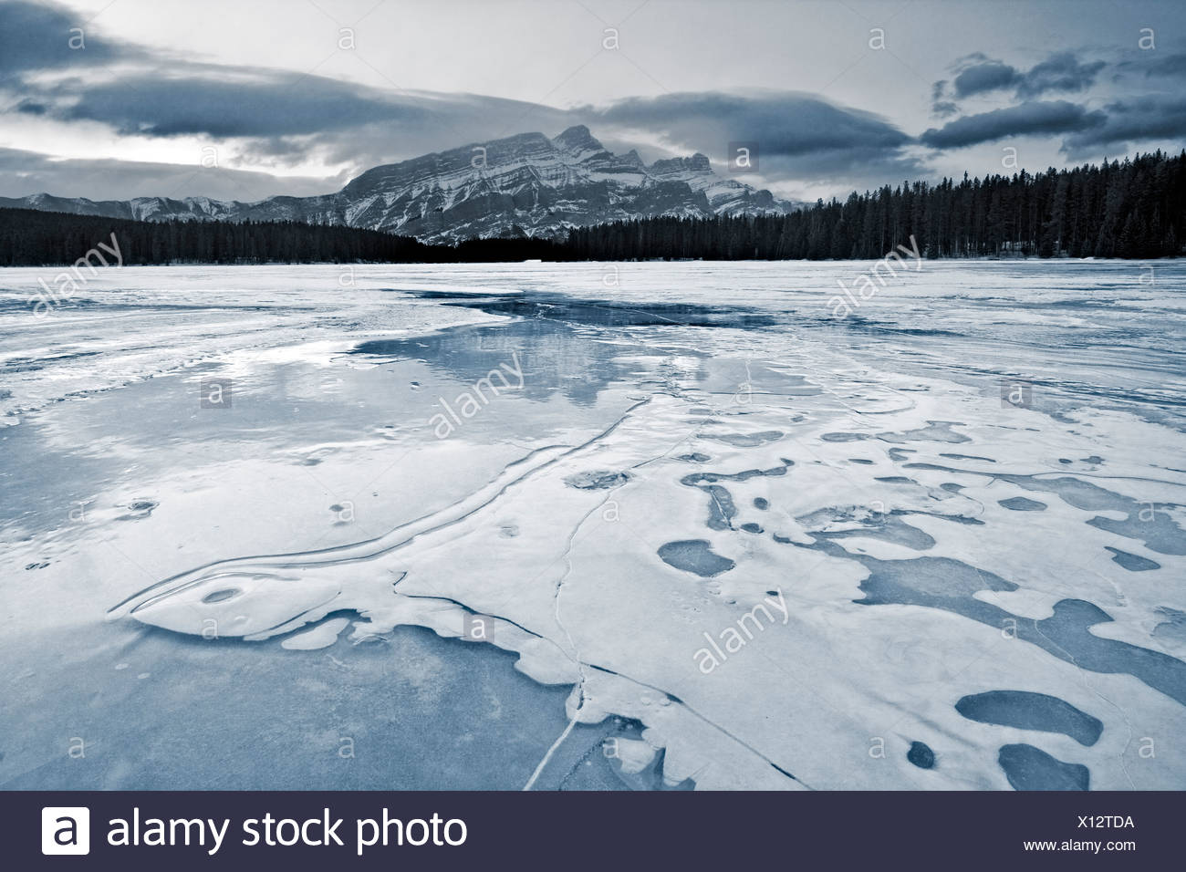 Two Jack Lake in winter, Banff National Park - Stock Image