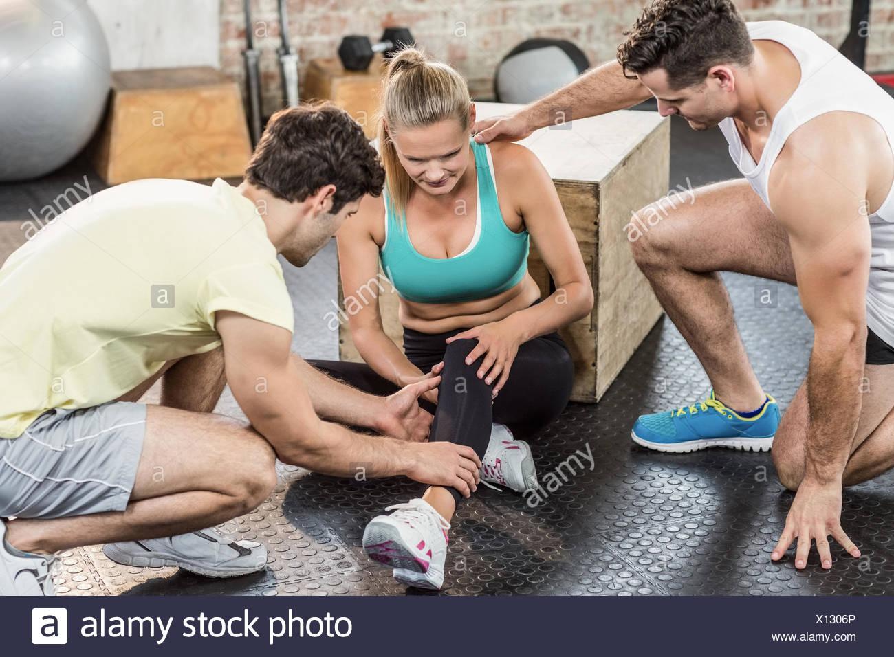 Muscular woman having an knee injury - Stock Image